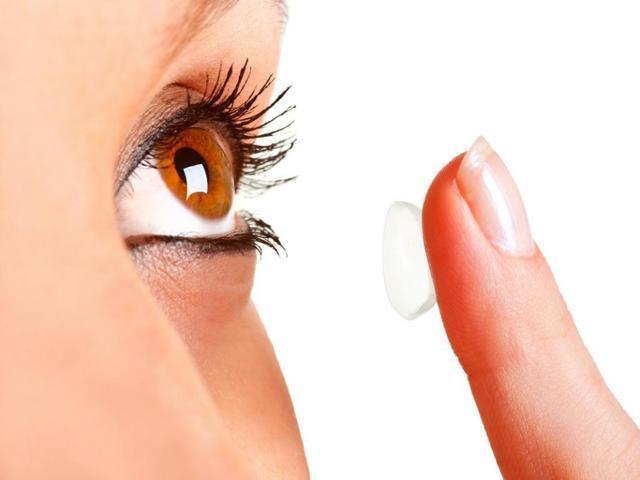 Можно ли рожать в контактных линзах