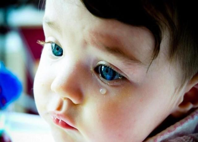 У ребенка глазки гноятся: причины и лечение