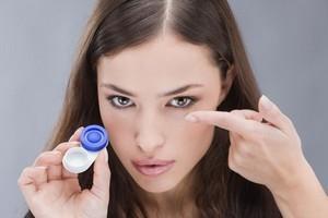 Узнайте, как правильно надевать контактные линзы