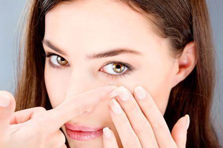 Можно ли носить контактную линзу на одном глазу?