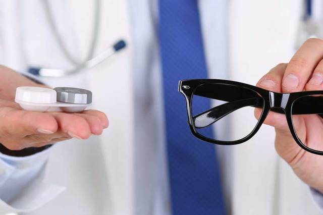 Узнайте что лучше, очки или линзы