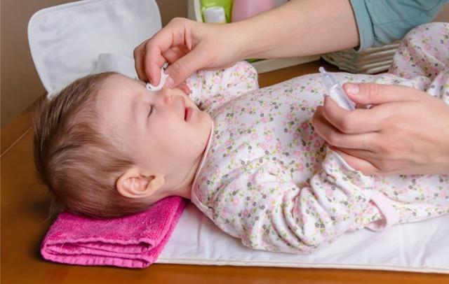Чем промывать глаза при конъюнктивите у детей - выбор препарата, инструкция по применению