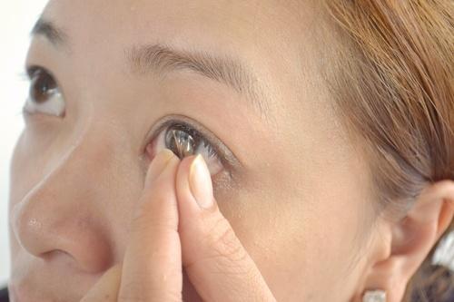 Как надеть линзы на узкие глаза
