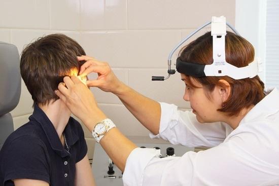 Отоскопия уха: показания к осмотру и техника проведения