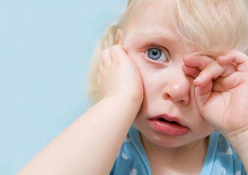 У ребенка покраснение за ухом: возможные причины