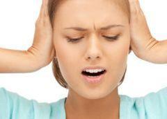 Щелкает в ухе: почему и что делать