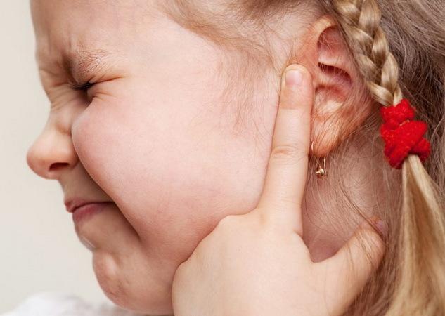 Ребенок чешет уши: почему чешутся уши у грудничка