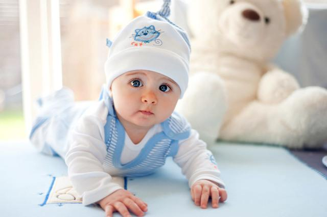 Мокнет за ушами у ребенка: из-за чего и что делать