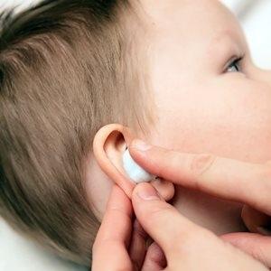 Ребенок ткнул в ухо ватной палочкой: что делать?