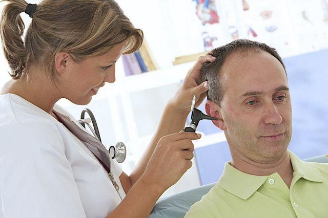 Боль в ухе при глотании: в чем причина?
