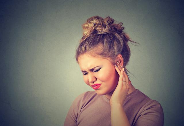 Болит ухо при нажатии на козелок: почему и что делать?