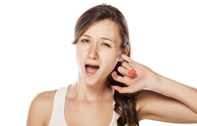 Чешется горло и уши внутри: причины и чем лечить