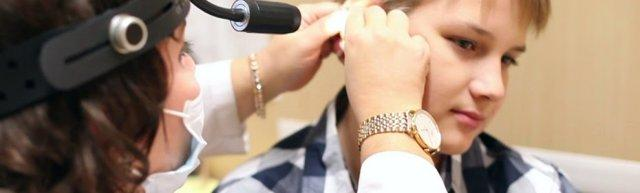Шелушится кожа в ушах: причины и лечение