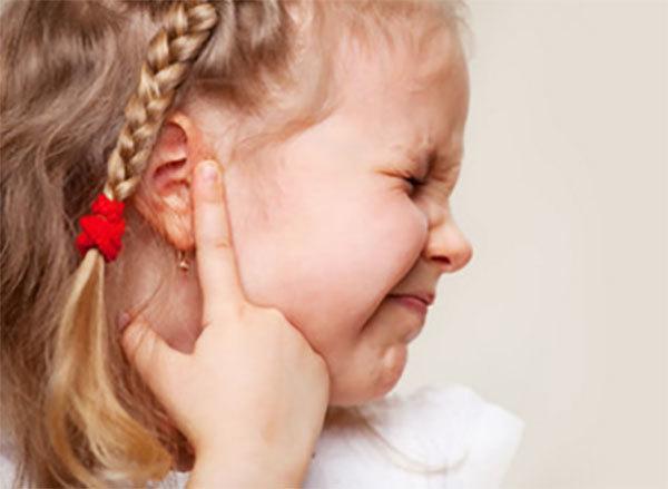Стреляет ухо у ребенка: что делать в домашних условиях