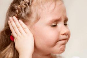 У ребенка вытекает сера из уха: причины