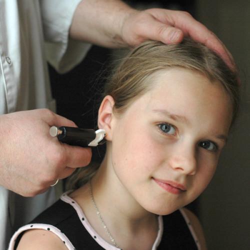 Болят уши от сережек: что делать и как лечить
