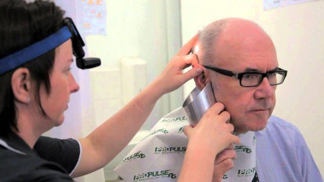 Шуршит в ухе: причины и лечение недуга