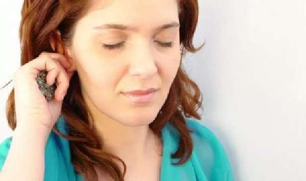 Шарик в мочке уха: причины образования