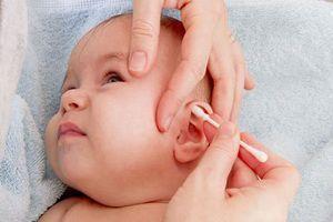 У ребенка течет из уха желтая жидкость: причины