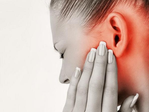 Ухо чешется внутри и мокнет: причины симптома