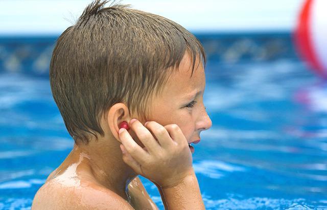 После купания заложило ухо: что делать