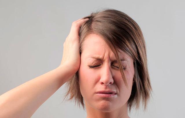Закладывает уши: причины заложенности уха без боли