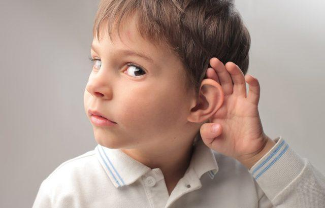 Ребенок плохо слышит после отита: что делать