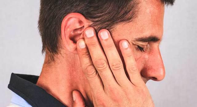 Атерома за ухом: причины, симптомы, лечение