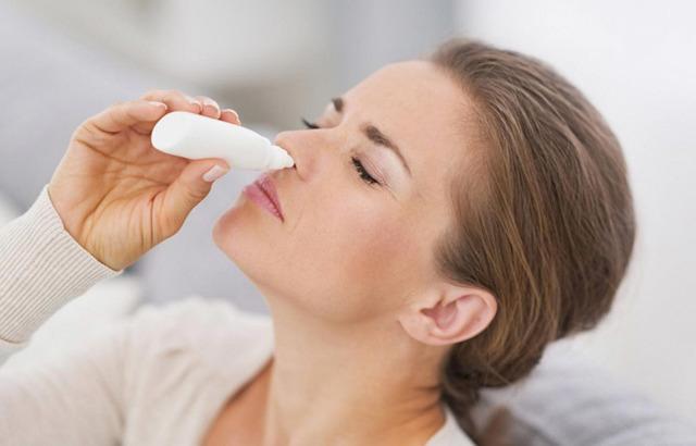 При промывании носа вода попала в ухо: что делать